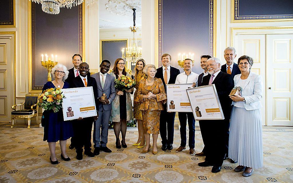 Máxima reikt Appeltjes van Oranje 2015 uit