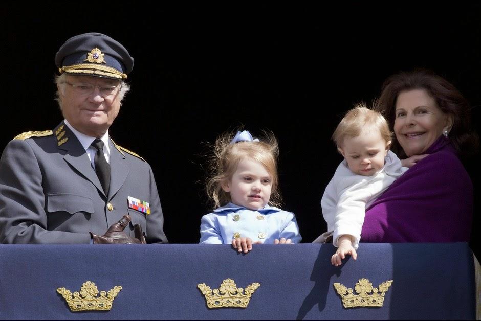 Les-princesses-Leonore-et-Estelle-avec-le-roi-Carl-XVI-Gustaf-et-la-reine-Silvia-a-Stockholm-le-30-avril-2015