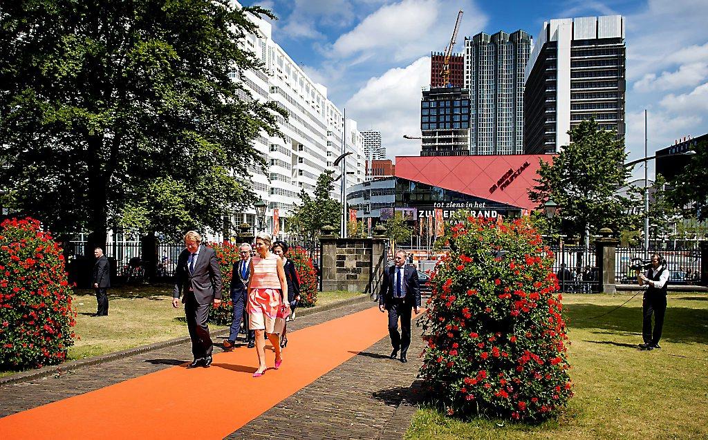 2015-06-24 12:30:42 DEN HAAG - Koningin Maxima arriveert bij de Nieuwe Kerk voor de uitreiking van de Familiebedrijven Award. Deze prijs wordt jaarlijks door de Stichting Familie Onderneming uitgereikt aan het beste familiebedrijf in Nederland. ANP ROYAL IMAGES KOEN VAN WEEL