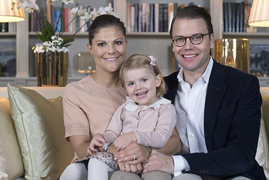 Kronprinsessparet+och+Prinsessan+Estelle+foto+Kate+Gabor+kungahuset.se
