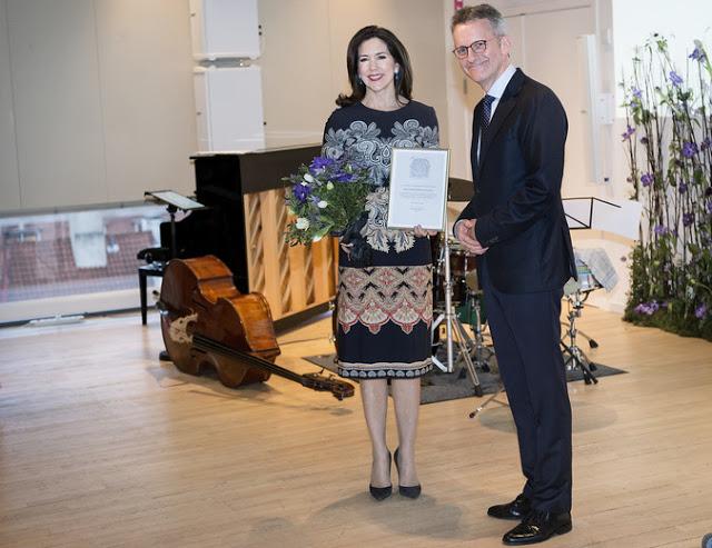 Kronprinsesse Mary modtager Den Berlingske Fonds hæderspris. Her modtager Kronprinsessen prisen af fondens bestyrelsesformand Mads Bryde Andersen. (Foto: Liselotte Sabroe/Scanpix 2017)