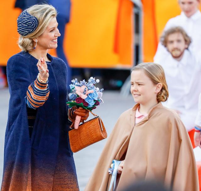 2017-04-27 11:12:56 TILBURG - Koningin Maxima en prinses Ariane tijdens Koningsdag 2017 in Tilburg. ANP ROYAL IMAGES KOEN VAN WEEL