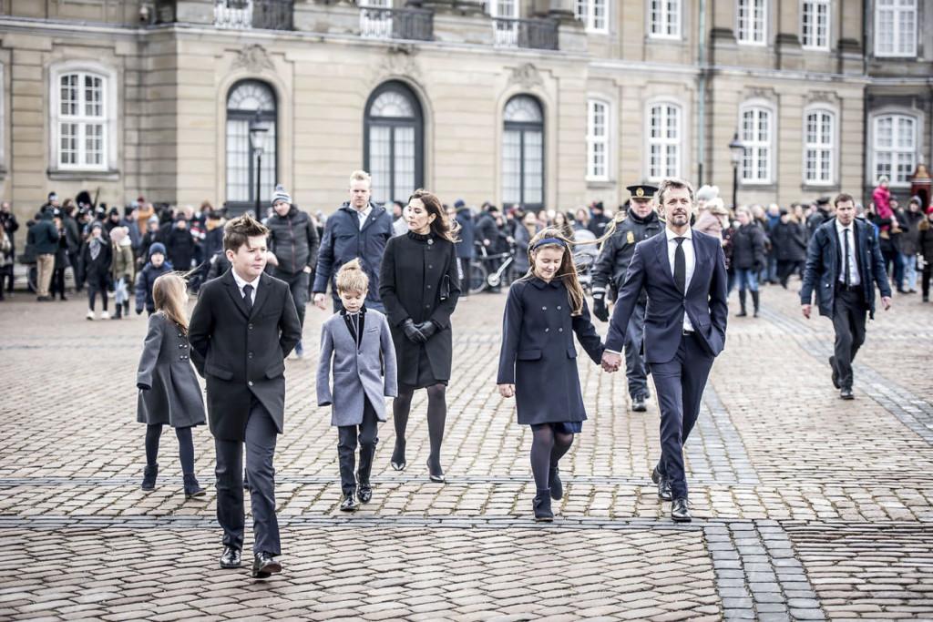 Prins Henriks båre ankommer til Amalienborg, Kronprins Frederik, Kronprinsesse Mary, Prins Christian, Prins Henrik, Prins Vincent, Prinsesse Isabella